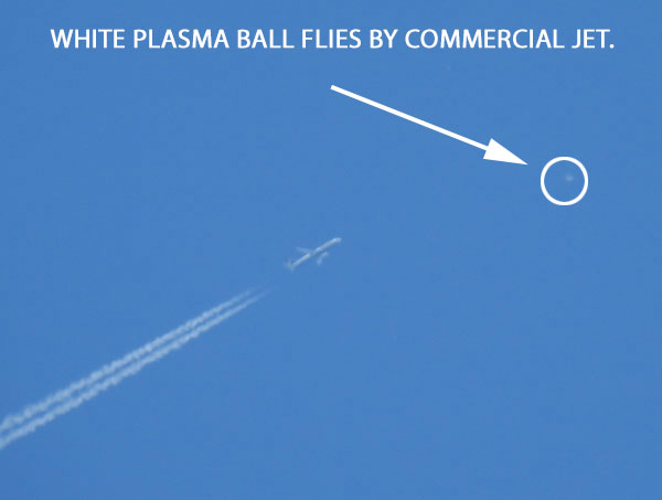PHOTO OF PLASMA BALL THAT FLEW BY COMMERCIAL JET.